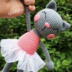 Вязаная игрушка кошка амигуруми