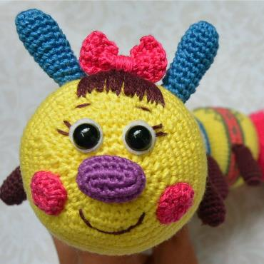 Вязаная игрушка гусеница крючком