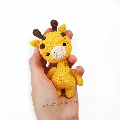 Вязаный жираф крючком