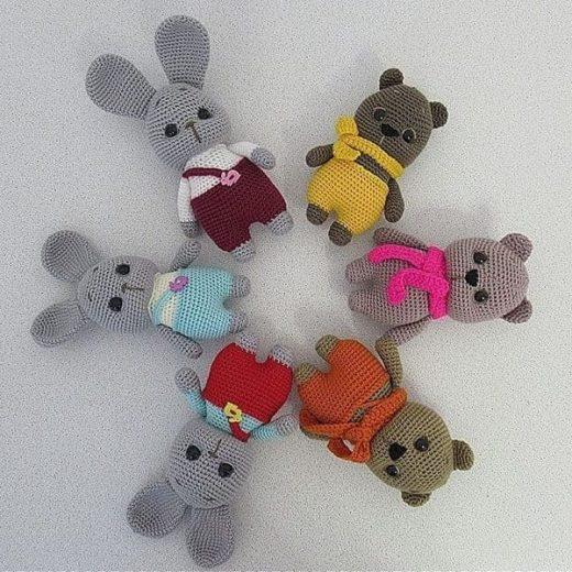 Вязаные игрушки зайки и мишки