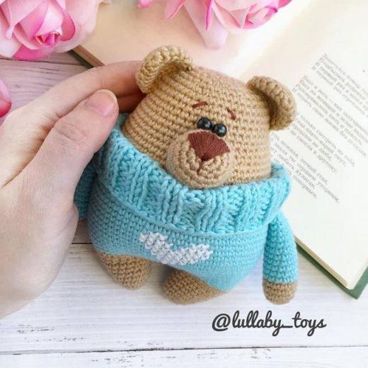 Амигуруми мишка в свитере