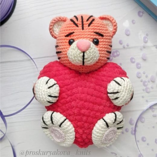 Тигр-валентинка крючком